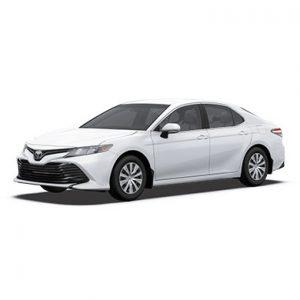 Toyota Camry blanche devant 45